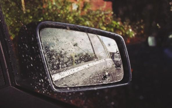 Achteruitkijkspiegel regen